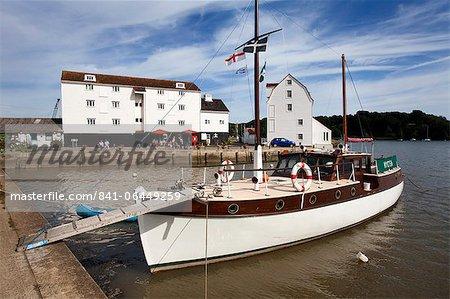 Yacht amarré par le moulin de marée à Riverside Woodbridge, Woodbridge, Suffolk, Angleterre, Royaume-Uni, Europe