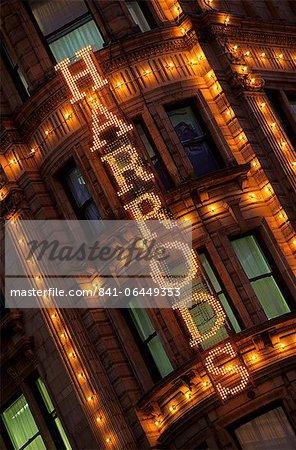 Signer de Harrods, Knightsbridge, Londres, Royaume-Uni, Europe