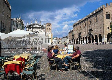 Scène de café dans la Piazza Sordello avec le Palais des Doges et le Duomo, Mantoue, Lombardie, Italie, Europe