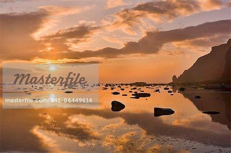 Hiver lever de soleil à Saltwick Bay, North Yorkshire, Yorkshire, Angleterre, Royaume-Uni, Europe