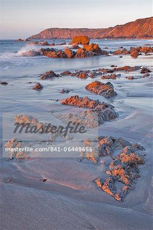 L'aube de Kennack sables sur la péninsule de Lizard en Cornouailles, Angleterre, Royaume-Uni, Europe