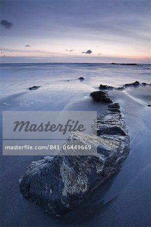 La plage de gourme sur le littoral de Cornwall du Nord au coucher du soleil, Cornwall, Angleterre, Royaume-Uni, Europe