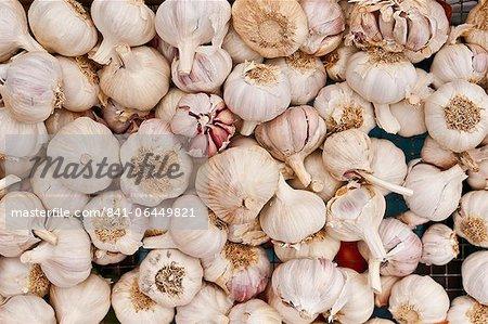 Knoblauch zum Verkauf auf dem Markt am Sonntagmorgen, Pollenca, Tramuntana, Mallorca, Balearen, Spanien, Europa