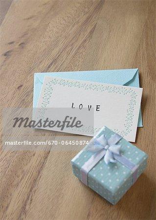 Boîte-cadeau et une lettre d'amour