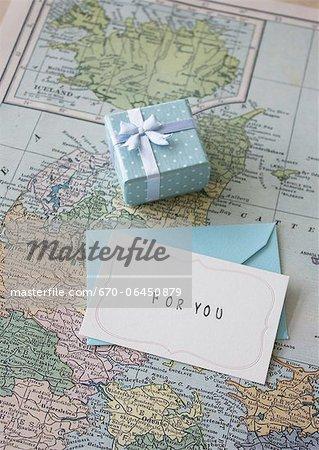 Boîte-cadeau et une lettre sur une carte