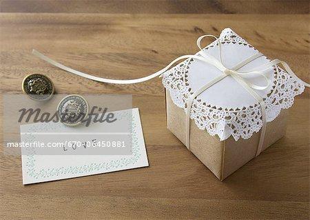 Carte de message et une boîte-cadeau