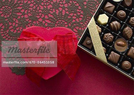 Boîte cadeau en forme de coeur et chocolats assortis