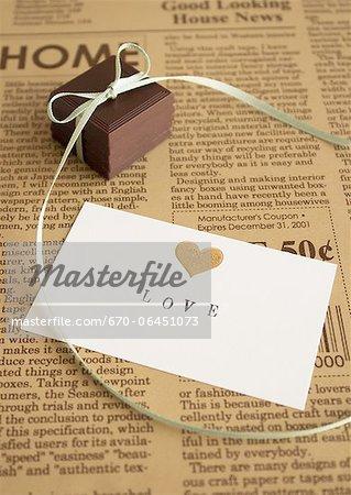 Chocolats à égalité avec ruban et une carte message