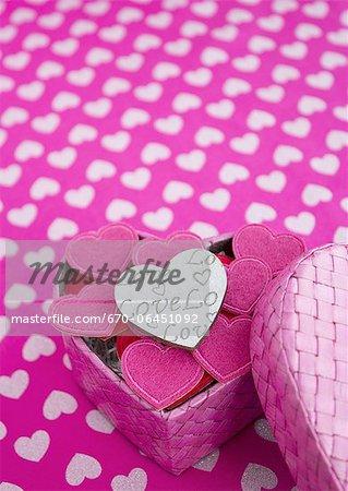 Coeurs dans une boîte cadeau en forme de coeur