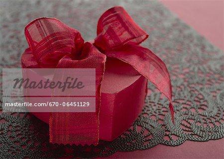 Boîte-cadeau avec ruban rouge