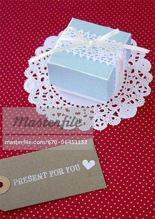 Boîte-cadeau et une carte message