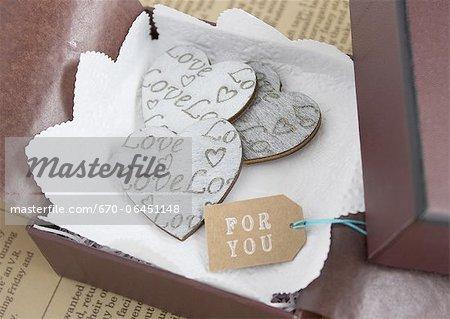 Coeurs dans une boîte cadeau