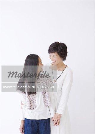Mère et fille souriant