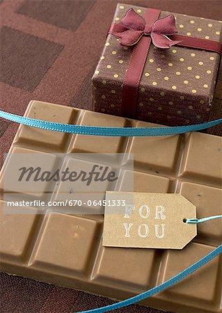Barre de chocolat et une boîte-cadeau