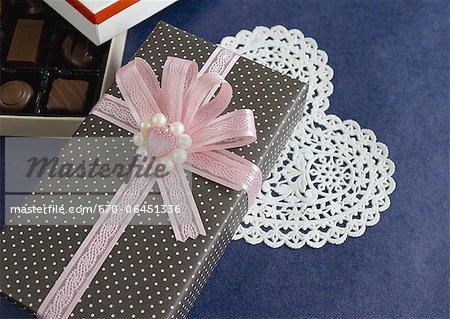 Chocolats et une boîte-cadeau