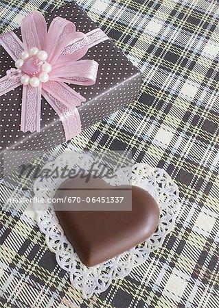 Chocolat en forme de coeur et une boîte-cadeau