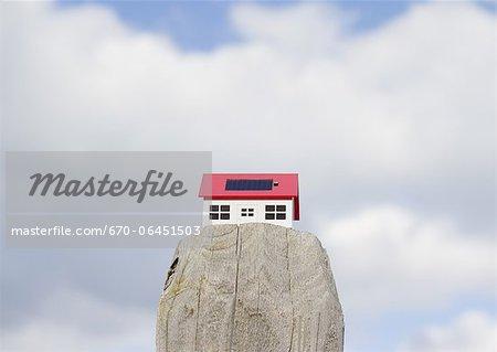 Nuages et une maison solaire miniature