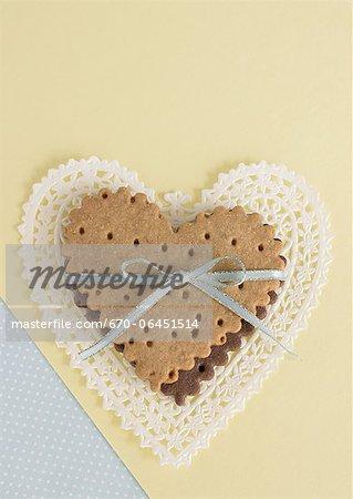 Biscuits en forme de coeur, attachés avec un ruban