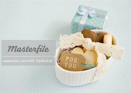 Biscuits en forme de coeur et une boîte-cadeau
