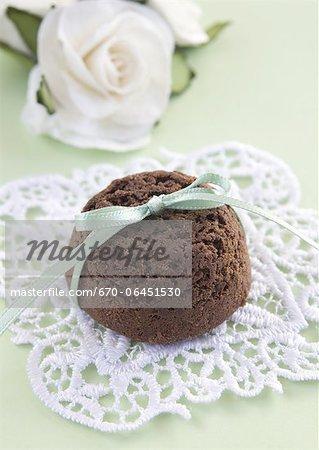 Brownie mit einer Schleife und weiße Rosen gebunden