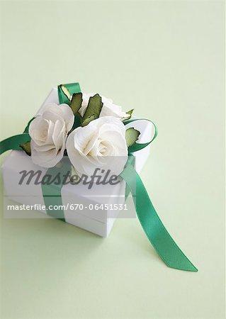Boîte-cadeau avec des roses blanches