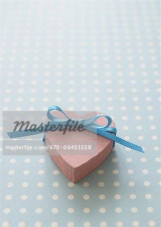 Herzförmige Geschenkbox mit einem Band gebunden