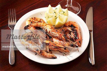 Grilled prawns with lemons