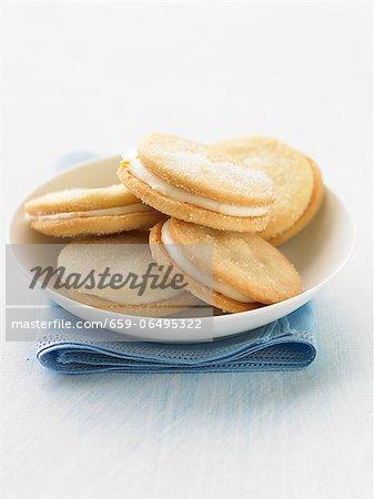 Cream-filled lemon biscuits