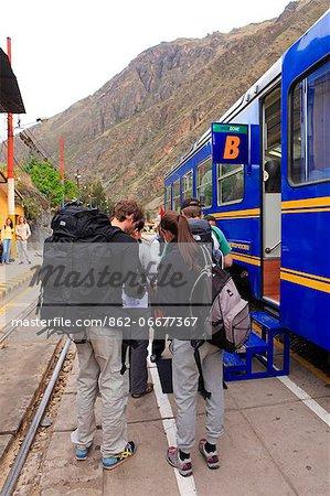 South America, Peru, Cusco, Sacred Valley, Ollantaytambo. Backpackers en route to Machu Picchu board the Vistadome train at Ollantaytambo. The train runs between Cusco, Poroy, and Machu Picchu via Ollantaytambo