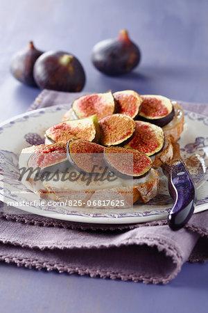 Bruschetta with gorgonzola and cinnamon-flavored figs