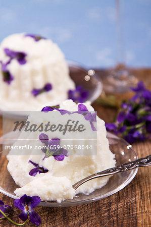 Quark pudding with fresh violets