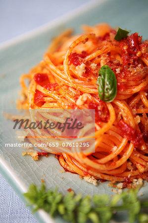 Pasta povera (spaghetti with tomato sauce and breadcrumbs, Italy)