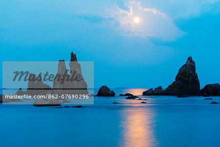 Asia, Japan, Honshu, Wakayama prefecture, Hashikuiiwa, full moon rising over rock stacks