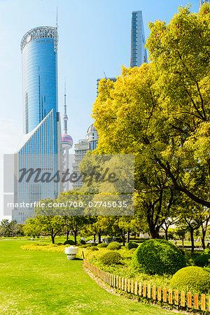 Lujiazui financial district, Mingzhu Park with the Oriental Pearl Tower in teh background, Pudong, Shanghai, Shanghai Shi, Zhonghua, China