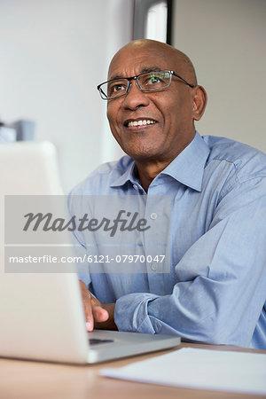 Man computer Afrikaner desk laptop computer