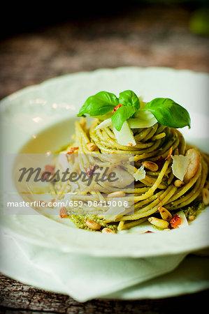 Spaghetti al pesto con carne di pollo (spaghetti with pesto and chicken, Italy)