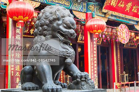 Lion statue at Wong Tai Sin Temple, Wong Tai Sin, Kowloon, Hong Kong, China, Asia
