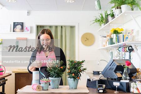 Sweden, Vastmanland, Florist working in shop
