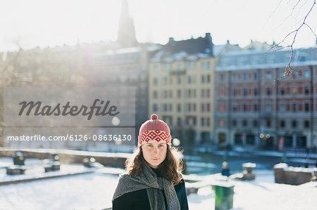Sweden, Sodermanland, Stockholm, Eriksbergsparken, Portrait of woman in city