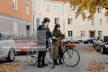 Sweden, Uppland, Stockholm, Vasastan, Rodabergsbrinken, Two people standing with bicycles outdoors