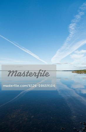 Sweden, Sodermanland, Hjalmaren, Reflection of vapor trails in lake