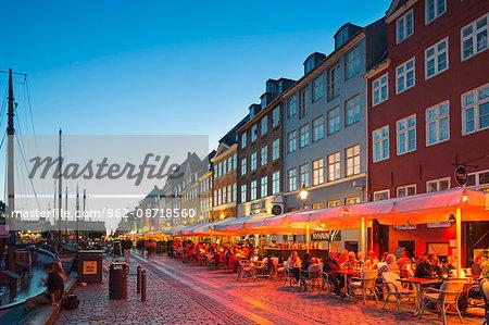 Denmark, Hillerod, Copenhagen. Restaurants and bars along the 17th century Nyhavn waterfront.