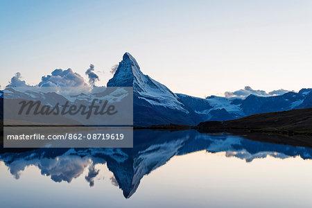 Europe, Switzerland, Valais, Zermatt, Matterhorn (4478m), Stellisee lake