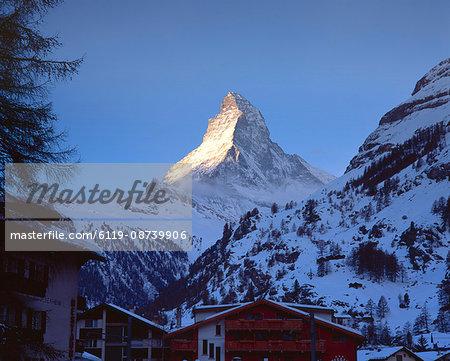 The town of Zermatt and the Matterhorn mountain, Zermatt, Valais (Wallis), Swiss Alps, Switzerland, Europe