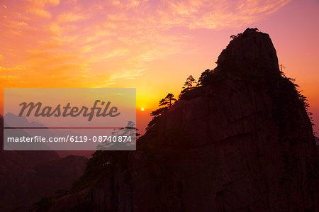 Sunset, Rong Cheng Peak, Huang Shan (Yellow Mountain), UNESCO World Heritage Site, Anhui Province, China, Asia