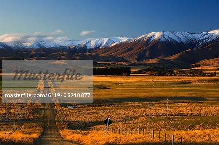 Gravel road and Hawkdun Range, Ranfurly, Central Otago, South Island, New Zealand, Pacific