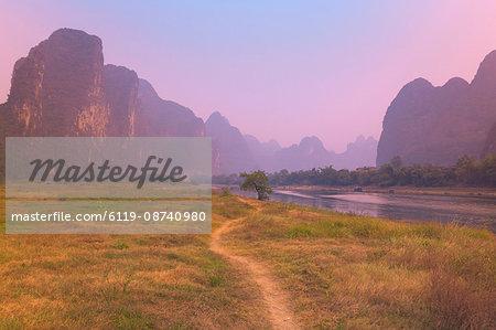 Footpath along the Li Jiang (Li River), Guangxi Province, China, Asia