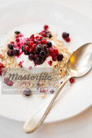 Porridge oats with Greek yoghurt and redcurrants