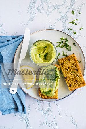 Fagiolini & avocado hummus as a spread for bread