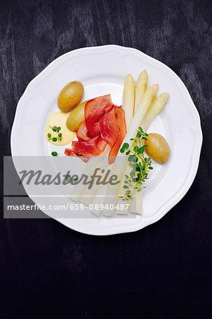 Asparagus with ham, new potatoes and Hollandaise sauce